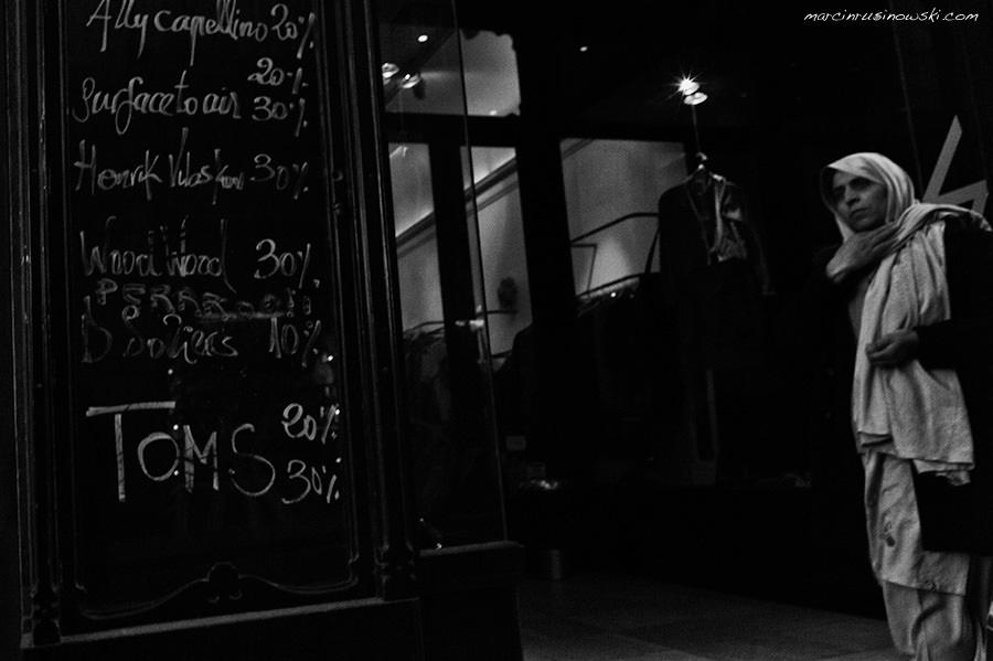 Barcelona street Marcin Rusinowski woman shop