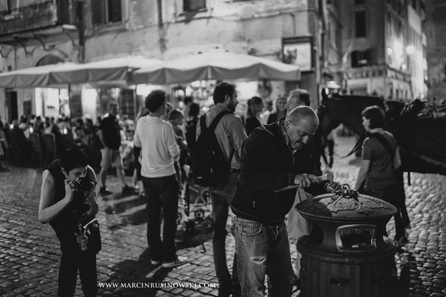 street worker, nightime in Roma, Marcin Rusinowski, photographer, Leica M9, 35mm